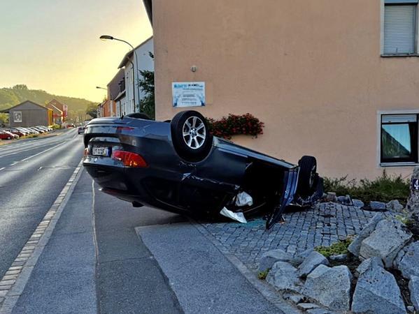 Nachdem der BMW von der Straße abgekommen war, überschlug er sich und blieb in einer Einfahrt liegen.
