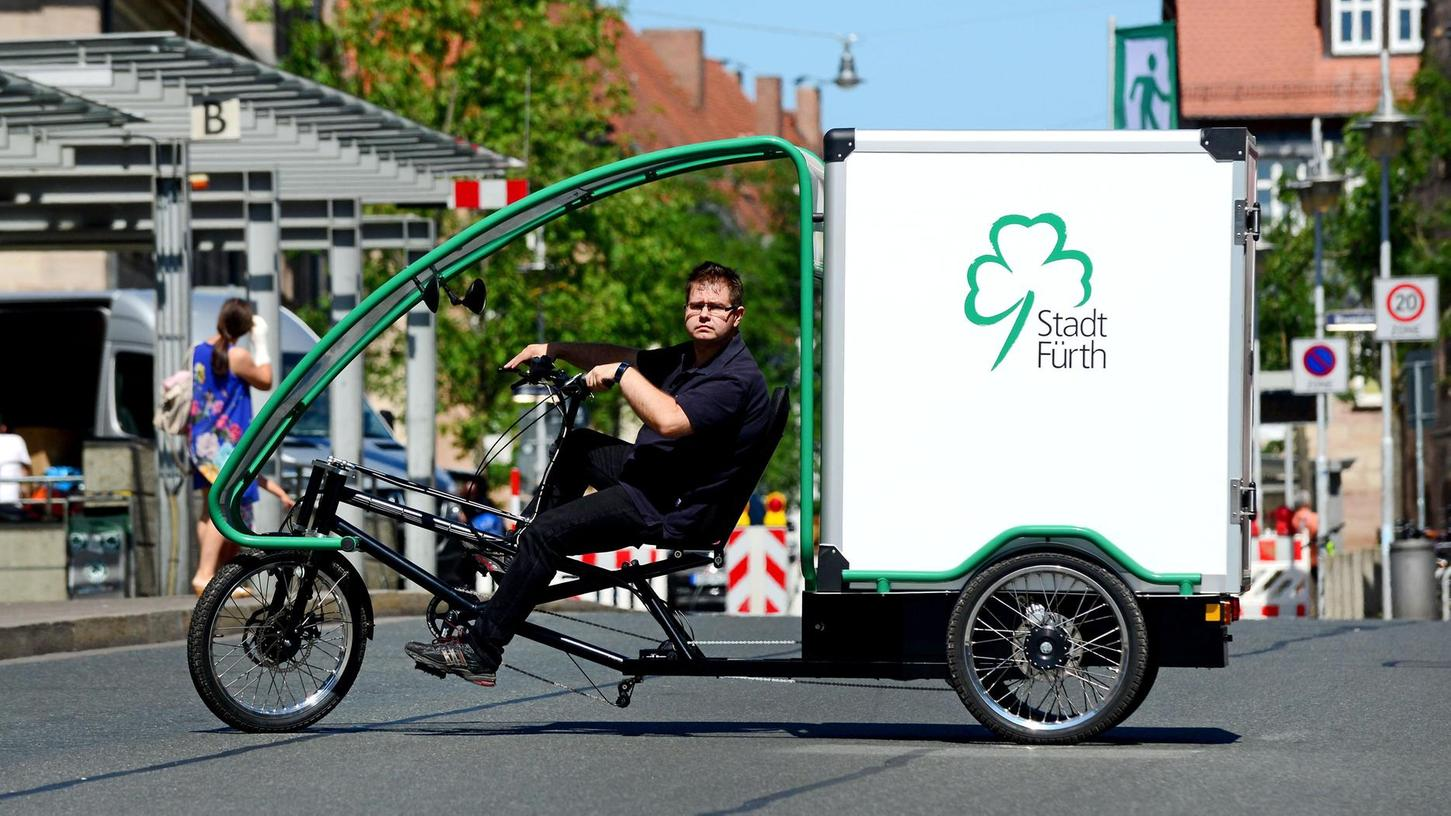 Alternativer Hingucker im Straßenverkehr: Matthias Ewert mit dem neuen Lastenfahrrad der städtischen Poststelle.