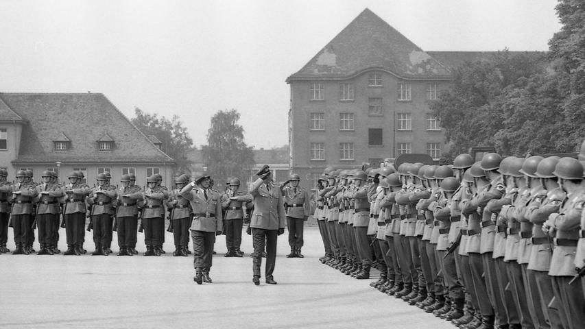 Zum letzten Male schreitet der scheidende Kommandeur Oberstleutnant Meixlsperger (li.) zusammen mit Oberst Kather die Front des Betriebsstofftransportbataillons 290 ab.  Hier geht es zum Artikel vom 6. Juli 1969: