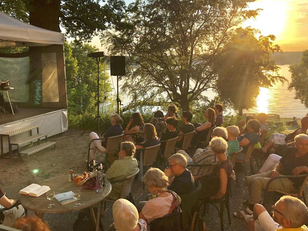 Das Literarische Colloqium Berlin macht im Sommer Lesungen direkt am Ufer.