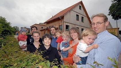 Weil ihre Häuser (im Hintergrund) in der Vacher Straße aus natürlichen Baustoffen bestehen und auch noch kräftig Energie sparen, wurden diese drei Fürther Familien von der Stadt ausgezeichnet.