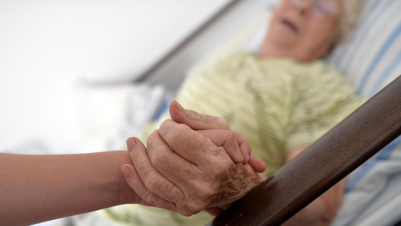 Pflegekräfte werden händeringend gesucht – sowohl für die Alten- als auch die Krankenpflege. Ein neues Gesetz will nun die Ausbildung reformieren.