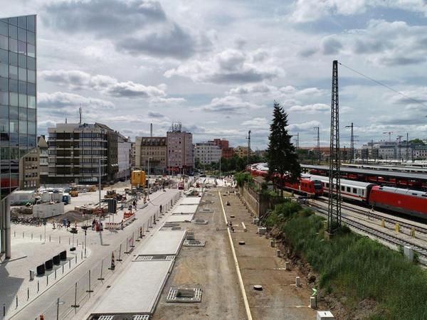 Blick aus Nordosten auf die Fundamente des ersten Nürnberger Fahrradparkhauses. Bis März 2020 soll die Unterstellmöglichkeit fertig sein.