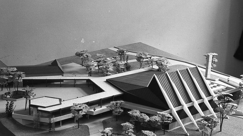 So wird das Delphinarium im Sommer 1970 am Schmausenbuck stehen. Zum Affenhaus (oben links) und zur neuen Gartenverkaufsstelle (unten links) führen überdachte Wandelgänge. Der Flachbau rechts enthält die Schlafräume für die