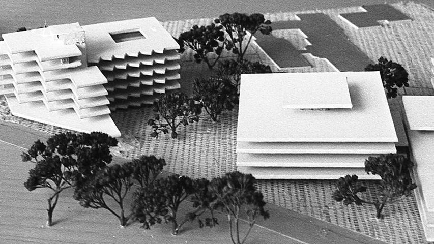Im Modell sind die Projekte zu sehen: das Schwesternwohnheim (links) und der Erweiterungsbau der Klinik (Mitte).  Hier geht es zum Artikel vom 9. Juli 1969: Jubiläum kurz vor Abbruch
