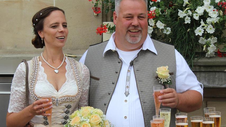 Tatjana (36 Jahre) und Tobias Brosius (49 Jahre) gaben sich vor dem Pegnitzer Standesamt das Jawort. Tatjana ist Bilanzbuchhalterin bei der Teufel & Partner GmbH in Bayreuth und Tobias Brosius Fahrlehrer bei der Fahrschule Zeilmann AVUS. Dort ist er seit 2016 Spezialist für die Motorrad-Fahrerlaubnisausbildung. Nach der Trauung am Freitag empfing das Team der Fahrschule das glückliche Brautpaar mit alkoholfreiem Sekt. Der Bräutigam musste sein Können auf einem Bobbycar-Parcours mit seiner Braut auf dem Anhänger unter Beweis stellen.