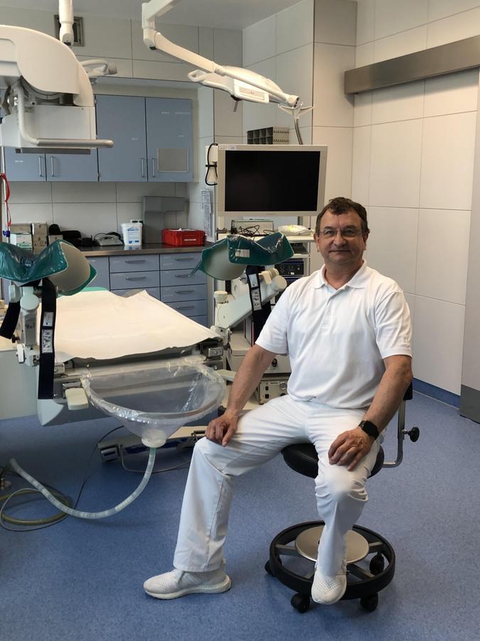 Dr. Joachim Schubert von der Urologie-Belegabteilung der Klinik Neustadt an der Aisch im Operationsaal