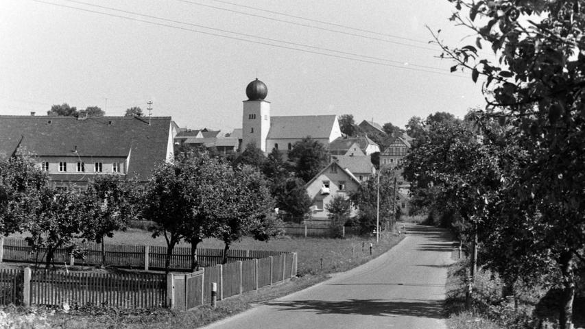 Heuer feiert der FC Troschenreuth sein 60-jähriges Bestehen. Deshalb überreichen wir als kleines Geschenk ein historisches Foto aus dem NN-Bildarchiv mit einer Ortsansicht, die zwar noch nicht ganz so alt, aber immerhin auch schon vor 50 Jahren entstanden ist.