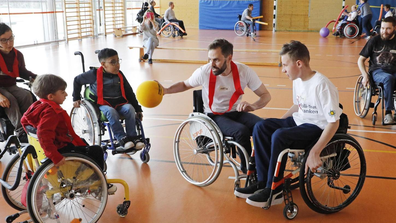 Trainingsstunde des Vereins Rolli-Treff-Franken: Unser Mitarbeiter Martin Schülbe (Mitte mit dem gelben Ball) in Aktion.