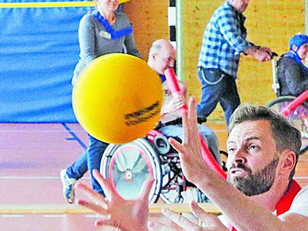 Trainingsstunde des Vereins Rolli-Treff-Franken: Unser Mitarbeiter Martin Schülbe (links mit Ball) in Aktion.