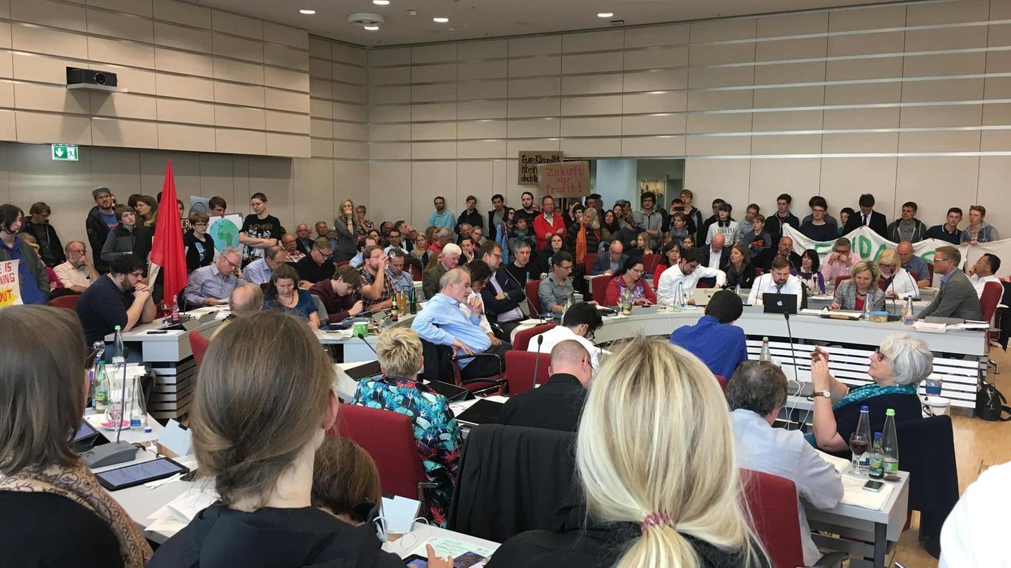 Als erste Kommune in Bayern hat der Stadtrat Erlangen am 31. Mai den Klimanotstand ausgerufen. Mit dabei waren zahlreiche junge Aktivisten der Fridays-for-Future-Bewegung.