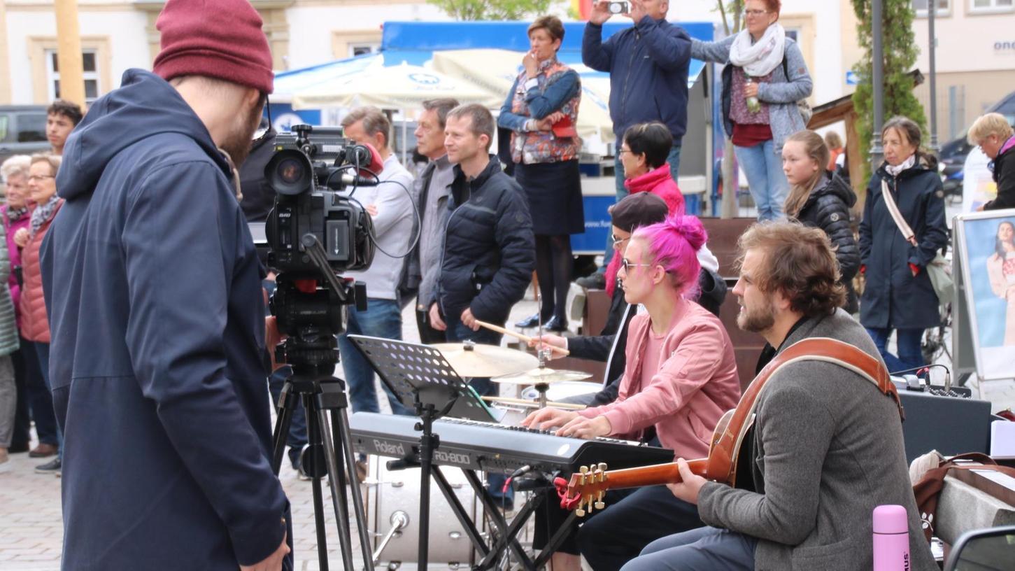 """""""Ein bisschen wie ein leicht überdrehter Zirkus"""": Der Sound des Lebkuchenmanns darf ruhig wie ein Jahrmarkt der Skurrilitäten klingen, findet Regisseur Georg Schmiedleitner. Michael Gabler (Gitarre) und Alex Seuberth (Keyboard) setzen die Vorgabe um."""