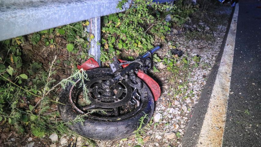 Tragisch endete ein schwerer Verkehrsunfall am Montagabend (08.07.2019) auf der FO41 zwischen der Burg Feuerstein und Ebermannstadt (Lkr. Forchheim). Ein 21-Jähriger war talwärts mit seinem Motorrad unterwegs, als er ausgangs einer Kurve die Kontrolle über die Maschine verlor. Er stürzte und schlitterte über die Gegenfahrbahn, ehe er in die Leitplanke prallte. Dort riss das Motorrad drei einbetonierte Pfosten aus der Verankerung und zerschellte an der Feldwand, wodurch es in zwei Teile gerissen wurde. Der Mann blieb mit schwersten Verletzungen auf der Straße liegen. Ein alarmierter Notarzt kämpfte lange um das Leben des 21-Jährigen, auch ein Rettungshubschrauber war bereits gelandet. Letztendlich erlag der junge Mann jedoch noch am Unfallort seinen Verletzungen. Die Kreisstraße musste für die Unfallaufnahme mehrere Stunden voll gesperrt werden. Auch ein Gutachter wurde hinzugerufen. Foto: NEWS5 / Merzbach Weitere Informationen... https://www.news5.de/news/news/read/15903