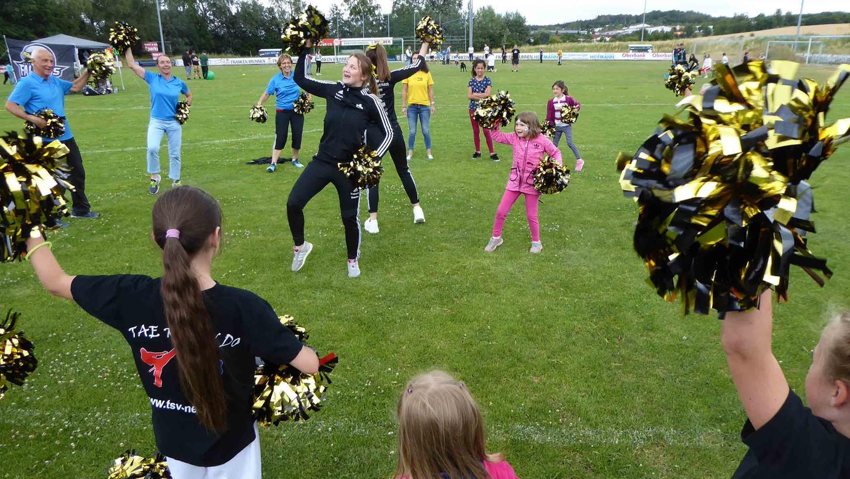 Dass der TSV Neustadt für alle Generationen sportliche Anreize bietet, zeigte sich bei den offenen Cheerleader-Übungen von den Kids bis zu den jugendlich-dynamischen Senioren.