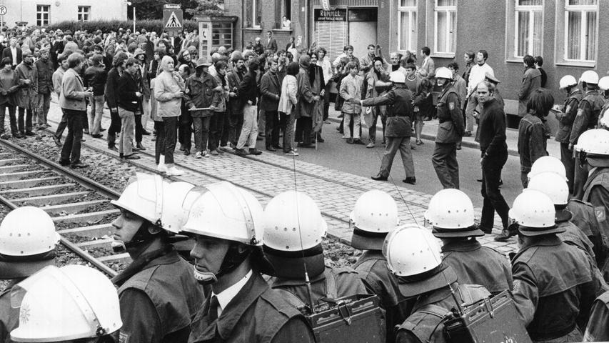 Kurz vor den Ausschreitungen: auf Tuchfühlung stehen sich in der Äußeren Bayreuther Straße die Demonstranten und die Polizei gegenüber.  Hier geht es zum Artikel vom 14. Juli 1969: Schwere Tumulte mit Schlägereien