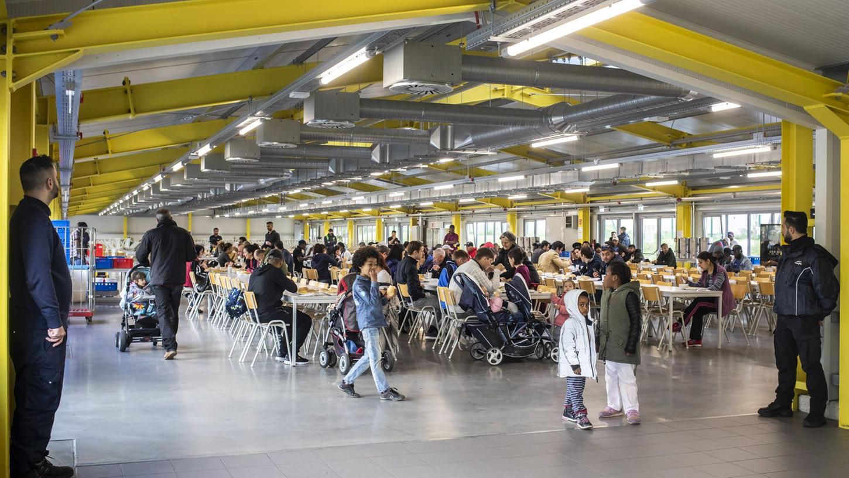 Speisen im großen Saal: Ein Einblick in das Flüchtlings-Ankerzentrum in Bamberg.