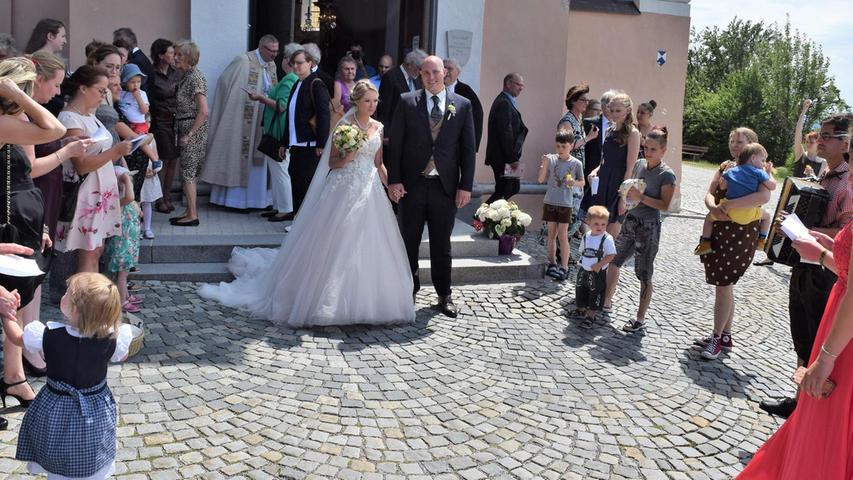 In der Kirche am Mariahilfberg haben sich die Erzieherin Anja Nißlbeck und der Wirtschaftsprüfungsassistent Daniel Gerber das Ja-Wort gegeben. Domvikar Clemens Mennicken und der Ruhestandspfarrer Ernst Herbert hielten die ökumenische Trauung in Neumarkt. Angehörige und Freunde der Paares sprachen die Fürbitten. Nach der Zeremonie wurden die Frischvermählten von den Kindern des Zwergennestes Mühlhausen empfangen. Dort arbeitet die Braut. Mit einem Ständchen, begleitet von der Ziehharmonika, nahmen Freundinnen das Eheleben vor der Kirche aufs Korn. Die 28-jährigen Brautleute, die sich vor über einem Jahrzehnt beim Kneipenfestival kennengelernt hatten, bleiben ihrer Heimatstadt Neumarkt treu. Gefeiert wurde in einer Festscheune bei Freystadt.