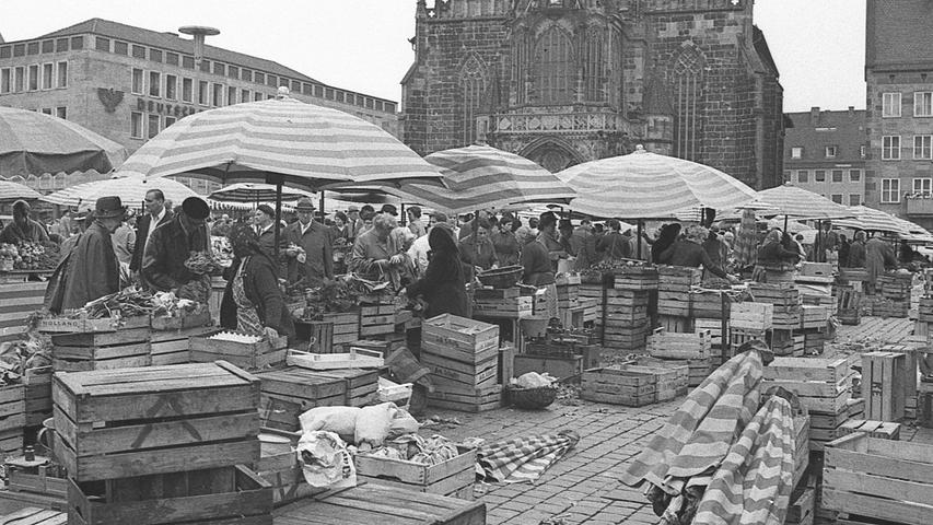 """Jetzt haben sie ihre Hoch-Zeit – die Bäuerinnen aus dem Knoblauchsland. Mit ihrer """"grünen Woar"""" bringen sie nicht nur das begehrte frische Gemüse, sondern auch den Duft vom Land in die Großstadt. Ihr Anblick auf dem Hauptmarkt wirkt vertraut.  Hier geht es zum Artikel vom 13. Juli 1969: Frisch auf den Tisch"""