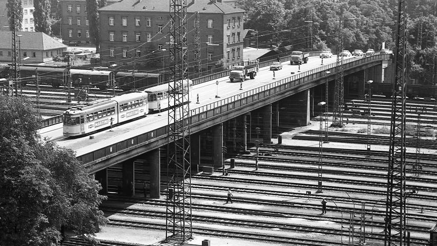 Das monatelange Tauziehen um das Schicksal der Rangierbahnhofbrücke ist entschieden. Fünf Millionen Mark – drei Fünftel davon zahlt die Stadt, zwei Fünftel steuert die Bundesbahn als Bauträger bei – wird das brüchige Viadukt Zug um Zug abgebrochen und weiträumiger wieder aufgebaut.  Hier geht es zum Artikel vom 15. Juli 1969: Abbruch und Aufbau