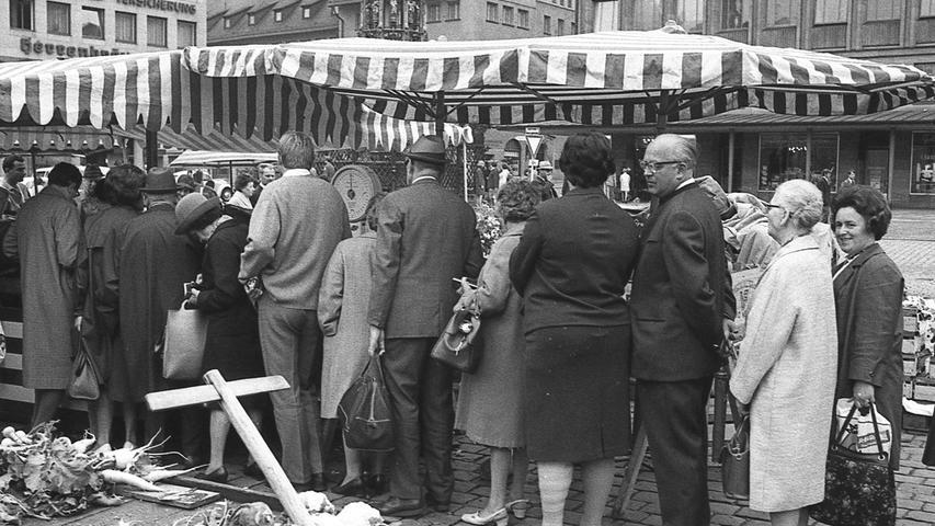 FOTO: NN / Bildrechte VNP, Fotograf nicht identifizierbar, unveröff. NN v. 13.07.1969; historisch; 1960er..MOTIV: Nürnberg, Grüner Markt, Hauptmarkt,Alltagsszene, Marktstand, Gemüsestand,Menschenmenge, Warteschlange, Kunde.KONTEXT: