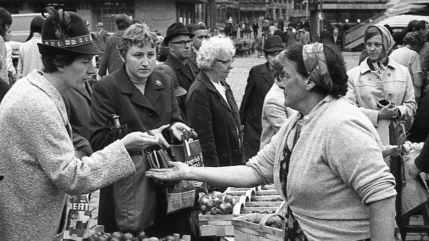 FOTO: NN / Bildrechte VNP, Fotograf nicht identifizierbar, unveröff. NN v. 13.07.1969; historisch; 1960er..MOTIV: Nürnberg, Grüner Markt, Hauptmarkt, Marktfrau, , Marktstand, Kunde, Äpfel, Obst, Kirschen, Portrait, Momentaufnahme.KONTEXT: