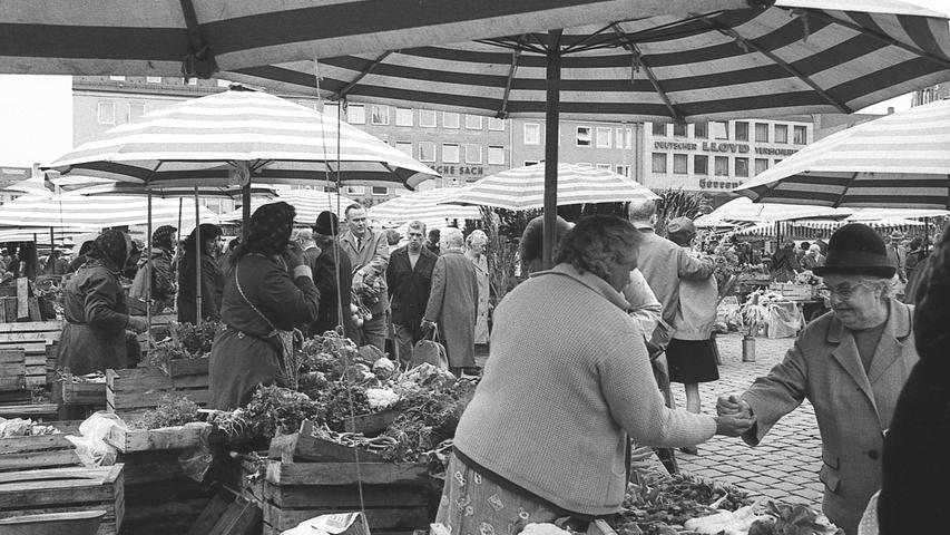 FOTO: NN / Bildrechte VNP, Fotograf nicht identifizierbar, unveröff. NN v. 13.07.1969; historisch; 1960er..MOTIV: Nürnberg, Grüner Markt, Hauptmarkt, Marktfrau, Alltagsszene, Marktstand, Gemüsestand, Obststand, Schirm, Obstkiste .KONTEXT: