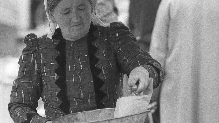 FOTO: NN / Bildrechte VNP, Fotograf nicht identifizierbar, veröff. NN v. 13.07.1969; historisch; 1960er..MOTIV: Nürnberg, Grüner Markt, Hauptmarkt, Marktfrau, , Marktstand, Portrait, Momentaufnahme, Waage, Obst, Kirschen.KONTEXT: