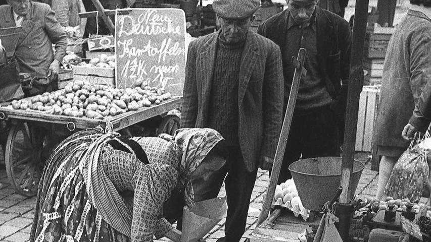 FOTO: NN / Bildrechte VNP, Fotograf nicht identifizierbar, unveröff. NN v. 13.07.1969; historisch; 1960er..MOTIV: Nürnberg, Grüner Markt, Hauptmarkt, Marktfrau, , Marktstand, Portrait, Momentaufnahme, Kunde, Kirschen, Obst, Kartoffeln.KONTEXT: