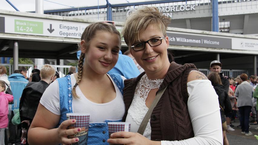 Alina (links) und Miriam aus Egloffstein sind große Fans von Andreas Gabalier. Die beiden lieben seinen Dialekt und freuen sich, den Volks-Rock'n'Roller zum ersten Mal live zu hören.