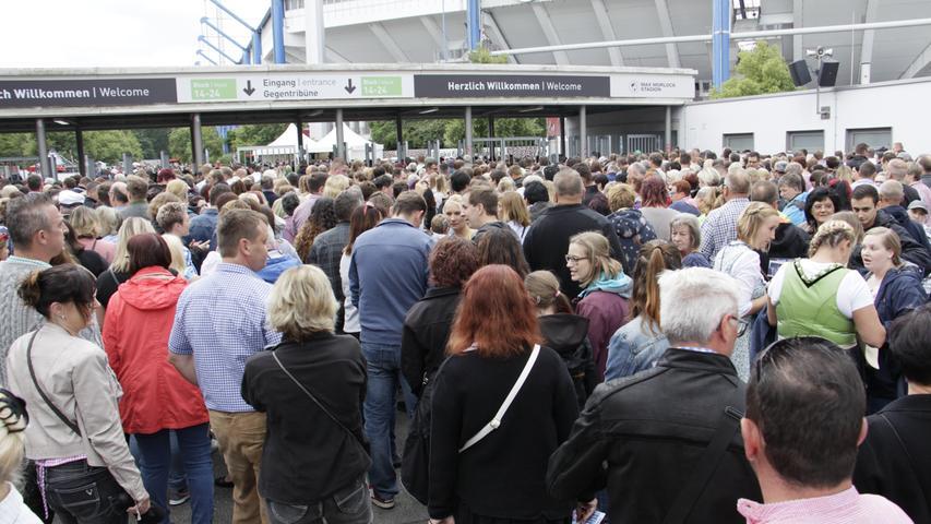 Andreas Gabalier Konzert im Nürnberger Max-Morlock-Stadion. Fanumfrage am Einlass. 13.07.2019, Fotos: Eva Orttenburger