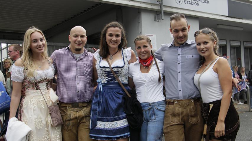 Diese Jungs und Mädels sind aus Crailsheim zum Konzert angereist und freuen sich auf einen schönen Abend.