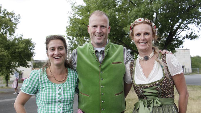 Nadine, Roman und Tina (von links) kommen aus Feucht und sind zum zweiten Mal bei einem Konzert von Andreas Gabalier.