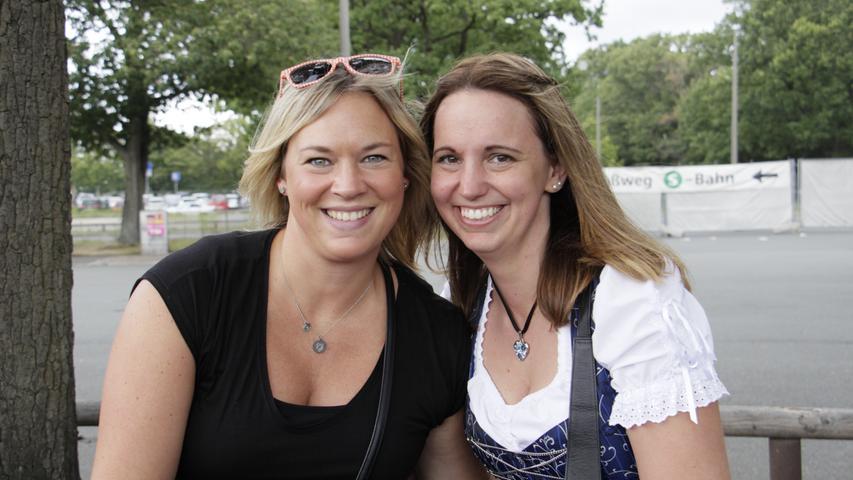 Corinna (links) und Conny kommen aus Regensburg. Die beiden hoffen, dass es am Abend endlich aufhört zu regnen.