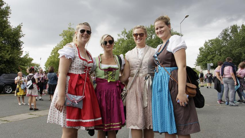 Anna, Franzi, Luisa und Elena haben für das Konzert extra ihre Dirndl angezogen.