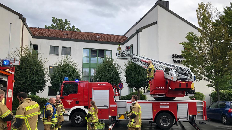 Unter anderem mit einer Drehleiter brachte die Feuerwehr die Bewohner aus dem Altenheim.