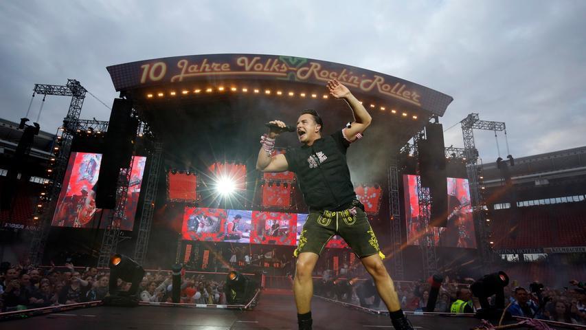 Sein zehnjähriges Bühnenjubiläum feierte er mit einer fetzigen Bühnenshow inmitten einer tobenden Menge.