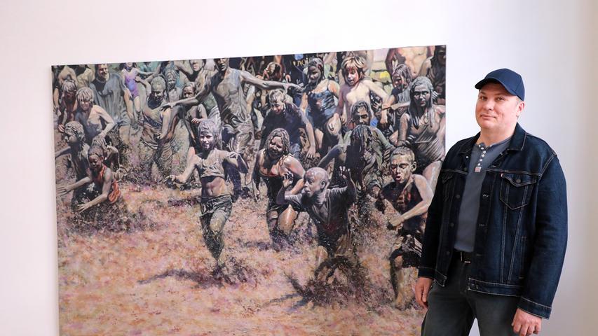 Fröhliche Schlammschlacht: Alexander Ivanovski vor seinem Gemälde