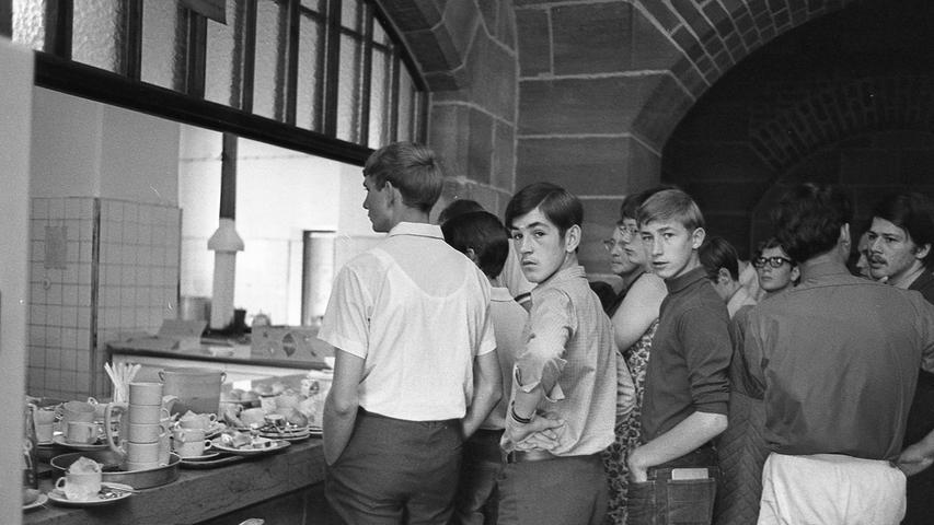 Eine wartende Schlange vor der Frühstückstheke am Sonntag, acht Uhr morgens. Nach Kaffee und Semmeln geht's sofort weiter, denn für Globetrotter ist jede Feriensekunde kostbar.  Hier geht es zum Artikel vom 21. Juli 1969: Globetrotter unter sich.