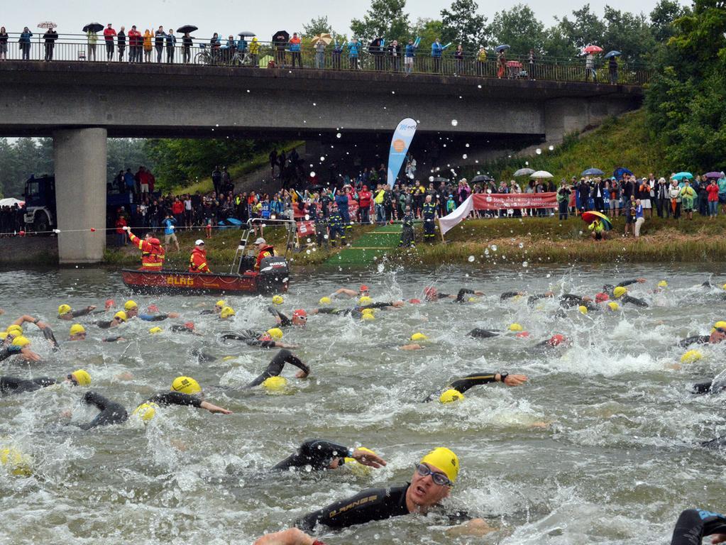 29. M-Net Triathlon, Schwimmstart im Kanal, hier Mittelstrecke..Foto: Klaus-Dieter Schreiter