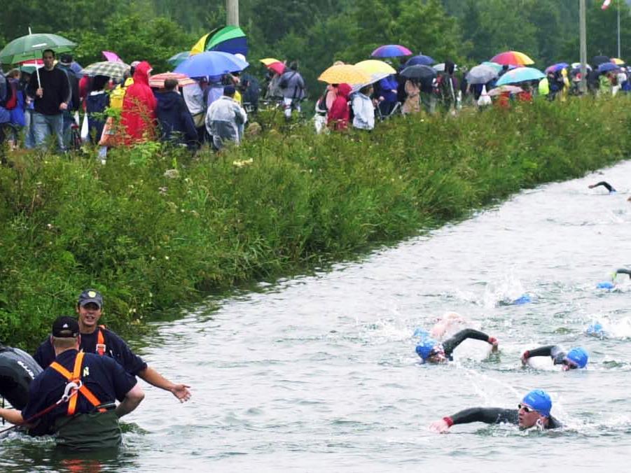 MOTIV:erlangen triathlon am europa kanal ..schwimmen radfahren laufen..PHOTO:ANDRÈ DE GEARE..VERÖFFENTLICHUNG NUR NACH VORHERIGER VEREINBARUNG..RESSORT:erlangen EN..DATUM:..