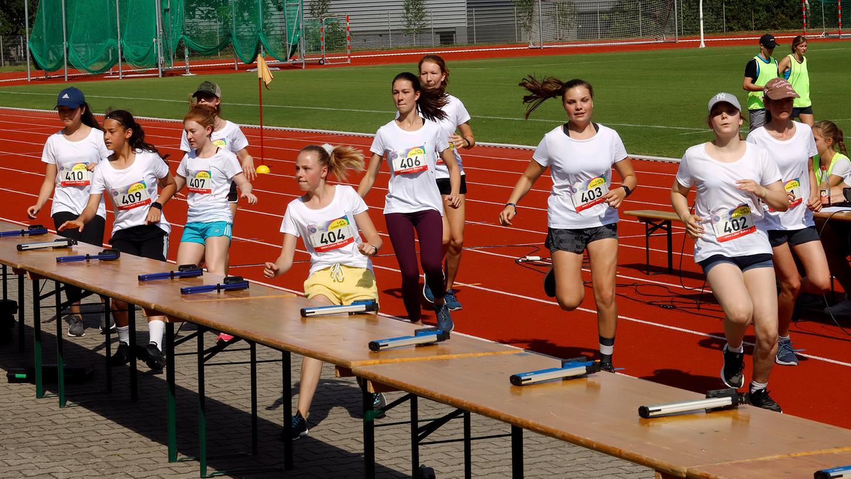 Auch Schülerinnen des Neuen Gymnasiums treten bei der ersten Deutschen Meisterschaft im Laser-Run an. Hier kommen sie gerade an den Schießstand. Nach dem Schießen, sie müssen fünfmal treffen, geht es für die 400 Meter auf die Kunststoffbahn.