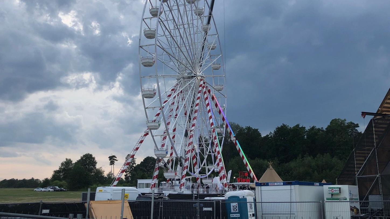Auf dem Open-Beatz-Festival ist am Samstagabend ein Besucher aus großer Höhe aus dem Riesenrad gestürzt. Er wurde lebensgefährlich verletzt.