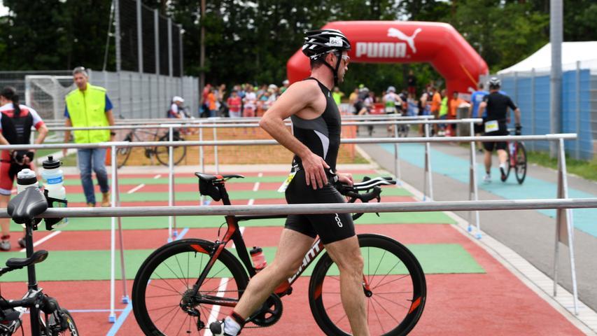 Sind die Sportler fertig umgezogen, nehmen sie ihr Rennrad und laufen zum Ausgang der Wechselzone.