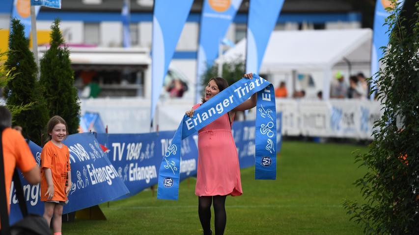 Bevor die Sieger-Posen der Athleten kommen, übt Organisationsleiterin Jennifer Steib, die aktuell in Elternzeit ist, den Zieleinlauf.