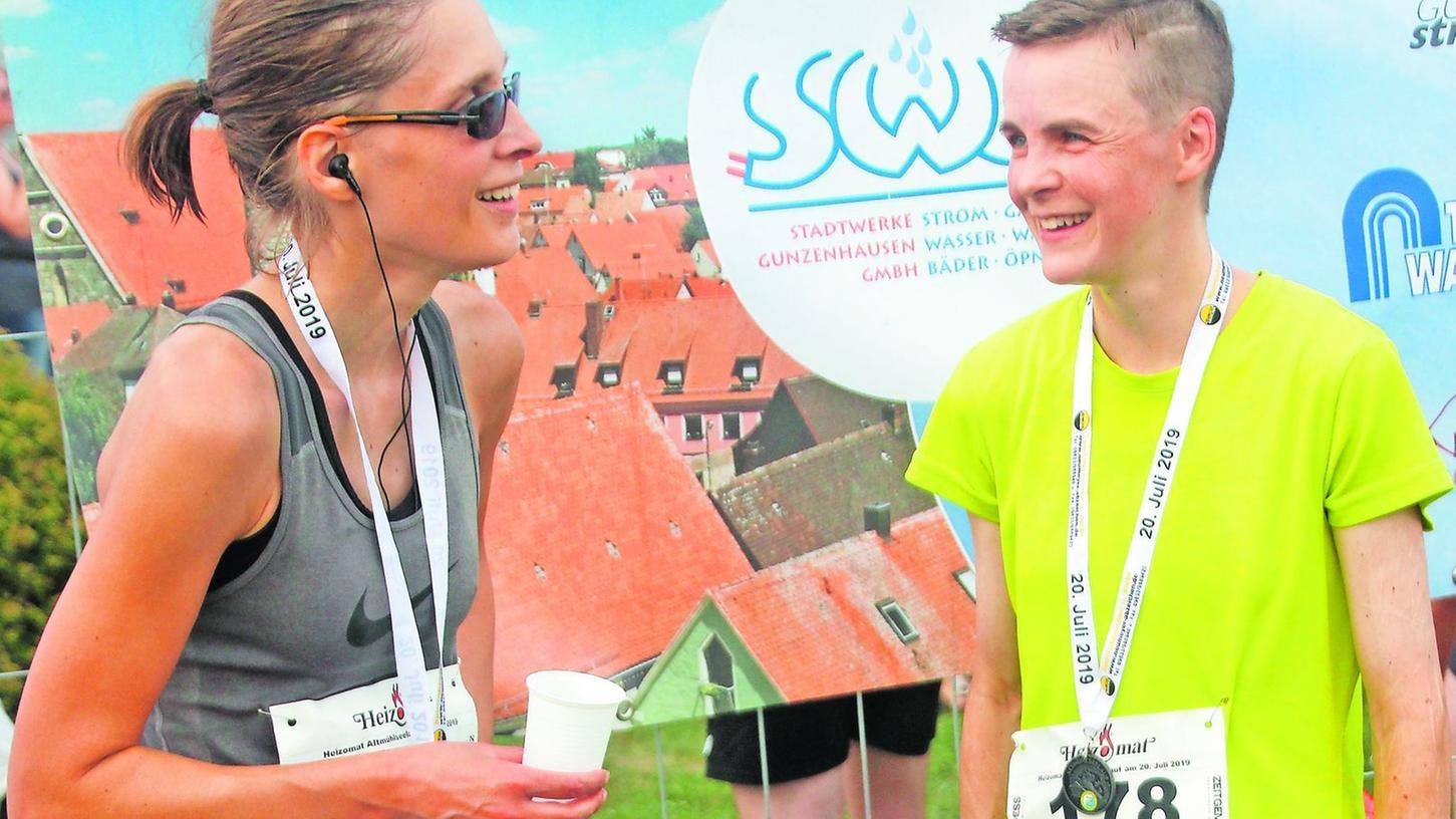 Plausch im Ziel: Die drittplatzierte Raphaela Kwidzinski (li.) und Siegerin Andrea Pregler, die erst vor zwei Wochen den Fichtelgebirgsmarathon gewonnen hatte.