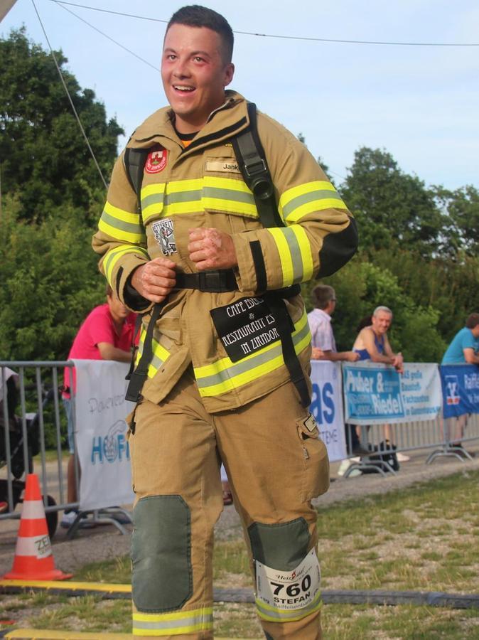 Allein die Ausrüstung samt Flasche wiegt 20 Kilogramm. Damit machte sich Stefan Janker auf die 7,4 Kilometer lange Strecke.