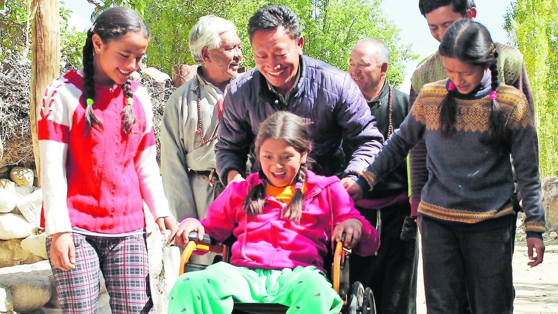 Chuskit hat endlich einen Rollstuhl bekommen, um mobiler zu sein.