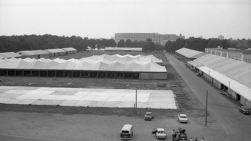 Wie nach einem Generalstabsplan rollen die Vorbereitungen für den Weltkongreß der Zeugen Jehovas ab, der vom 10. bis 17. August in Nürnberg stattfindet. Es wird die größte derartige Zusammenkunft in der Bundesrepublik und die drittgrößte in der Welt sein.  Hier geht es zum Artikel vom 24. Juli 1969: 135.000 Besucher erwartet