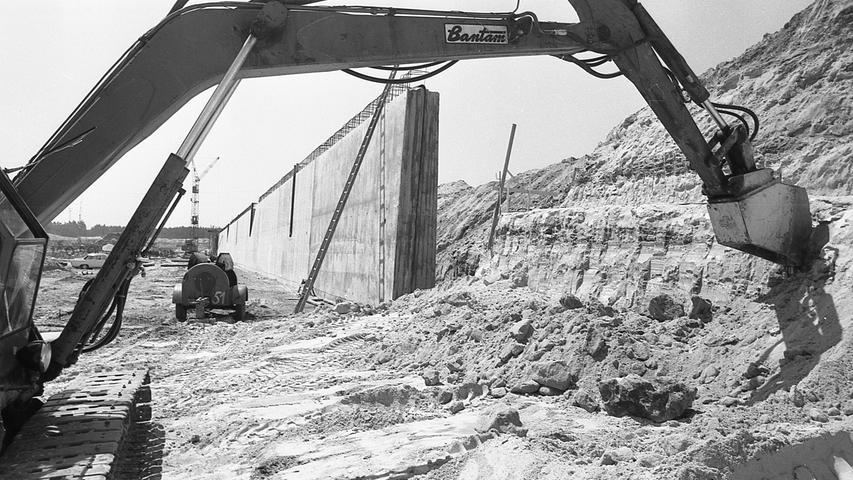 Mit seinem Riesenarm trägt der Schürfbagger den Keuper im Hafengebiet ab. An dieser Stelle entsteht Kai 1 des Europakanals. Im Hintergrund sind die ersten Teile der Ufermauer schon hochbetoniert. 1971 soll der Trockenbau stehen.  Hier geht es zum Artikel vom 26. Juli 1969: Panoramablick auf die Schiffe