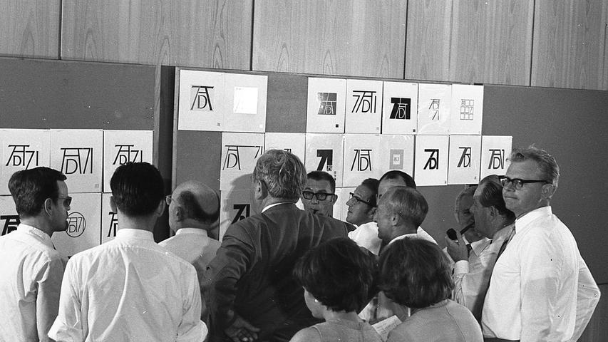 Eine anstrengende Aufgabe an einem heißen Tag: Von 1131 Entwürfen kamen acht in die engere Wahl der kritischen und fachkundigen Jury.  Hier geht es zum Artikel vom 27. Juli 1969: Nürnbergs Künstler überraschten
